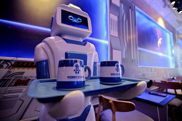 """Quán cafe ở Hà Nội sử dụng nhân viên bưng bê là một """"nàng""""… robot - Ảnh 3."""