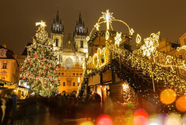 Prague, Séc: Ghé thăm thành phố Prague lãng mạn và rực rỡ trong mùa Giáng sinh, du khách có thể thưởng thức các buổi hòa nhạc ngoài trời, tham quan chợ Giáng sinh và chụp hình trước cây thông lộng lẫy ở gần nhà thờ chính tòa. Ảnh: Lukas Gojda.