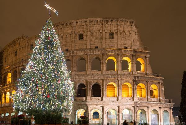 Rome, Italy: Rome là điểm đến hoàn hảo cho mùa Giáng sinh với ánh đèn rực rỡ và không khí nhộn nhịp bao phủ thành phố. Đặc biệt, để cảm nhận rõ ràng nhất không gian Giáng sinh của nơi đây, du khách có thể dạo qua khu chợ tại Piazza Navona và ngắm nhìn cây thông Noel khổng lồ, lộng lẫy của thành phố ở đây. Ảnh: Matteo Gabrieli.