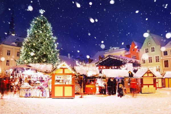 Tallinn, Estonia: Cây thông Noel nổi tiếng nhất của Estonia nằm tại thành phố Tallinn, bao quanh là những quầy hàng của khu chợ Giáng sinh nhộn nhịp, bán đồ ăn, đồ uống và những món hàng thủ công xinh xắn. Ảnh: Aleksandr Stennikov.