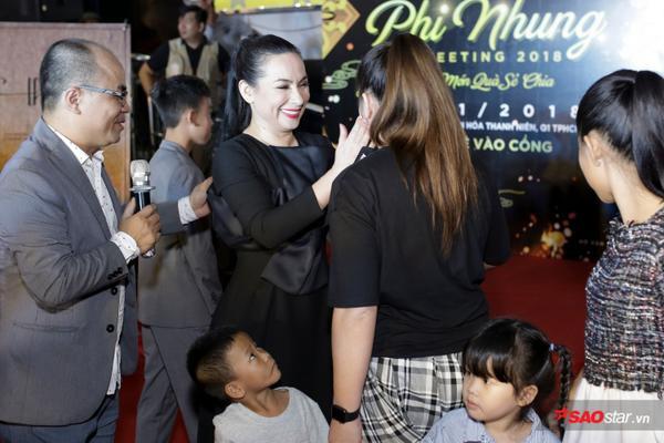 Con gái Phi Nhung lần đầu xuất hiện trước truyền thông, ôm hôn mẹ thắm thiết - ảnh 2
