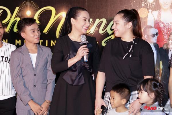 Con gái Phi Nhung lần đầu xuất hiện trước truyền thông, ôm hôn mẹ thắm thiết - ảnh 3