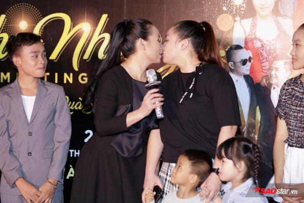 Con gái Phi Nhung lần đầu xuất hiện trước truyền thông, ôm hôn mẹ thắm thiết - ảnh 5