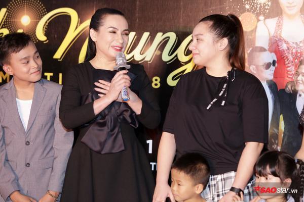 Con gái Phi Nhung lần đầu xuất hiện trước truyền thông, ôm hôn mẹ thắm thiết - ảnh 7