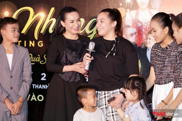 Con gái Phi Nhung lần đầu xuất hiện trước truyền thông, ôm hôn mẹ thắm thiết - ảnh 4