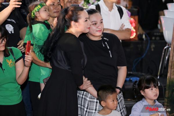 Con gái Phi Nhung lần đầu xuất hiện trước truyền thông, ôm hôn mẹ thắm thiết - ảnh 6