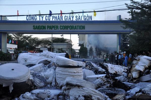 Cháy nhà máy giấy, xe chữa cháy lật nghiêng gây tai nạn