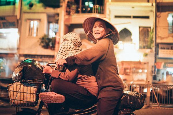Chiếc xe đạp chở 2 bà cháu đi nhặt vé chai khắp Sài Gòn.