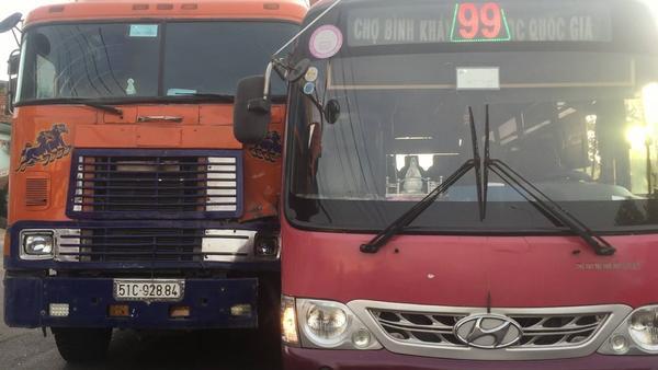 Tài xế xe buýt truy đuổi xe container như phim hành động giữa xa lộ