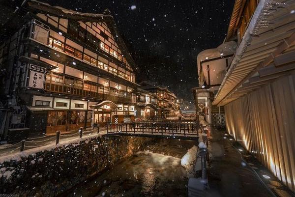 Với những ngôi nhà có kiến trúc cổ xưa nằm san sát, Ginzan Onsen tạo cho du khách cảm giác ấm áp, phảng phất không khí thời đại Taisho khi bùng nổ văn hóa, trào lưu phương Tây ở Nhật.