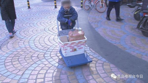 Câu chuyện thương tâm phía sau cậu bé giao hàng run rẩy, bàn tay đỏ hoe vì giá lạnh - ảnh 1