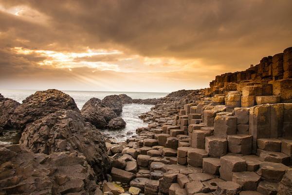 """Giant's Causeway (Tạm dịch: Con đường của người khổng lồ) được ví như """"báu vật tự nhiên"""" của Ireland, với hơn 40.000 cột đá đối xứng, đan xen nhau, là kết quả của một vụ phun trào núi lửa từ thời cổ đại."""