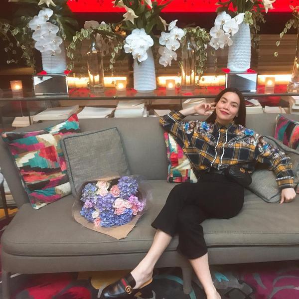 inst image 11 - Phạm Hương, Kỳ Duyên đã cất giày cao vời vợi vào tủ… để tậu mốt giày Selena Gomez mê mẩn