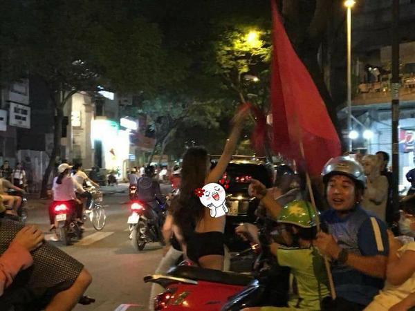 Sóc: Fan nu ho bao chạy xe máy mùng U23 Viet Nam