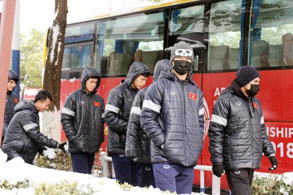 Các cầu thủ U23 Việt Nam gặp khó với thời tiết. Ảnh: VFF