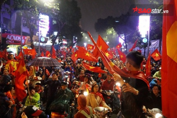 """Fan Hà Nội đổ ra đường """"đi bão""""."""