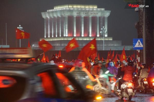 Lúc này các tuyến đường qua Lăng Chủ tịch Hồ Chí Minh tràn ngập sắc cờ đỏ sao vàng.