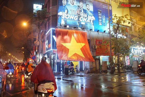 Quốc kỳ có mặt trên mọi nẻo đường.