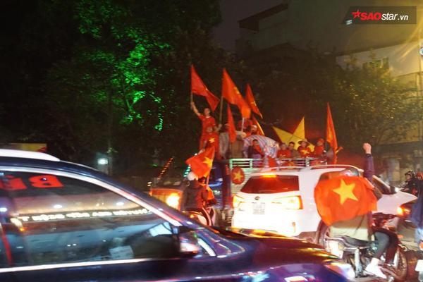 Cờ đỏ sao vàng vẫn tung bay ngập tràn trên mọi nẻo đường Hà Nội.