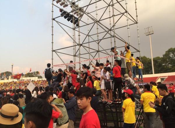 Ở những vị trí xa sân khấu, người hâm mộ đã trèo lên giàn giáo để theo dõi các cầu thủ.