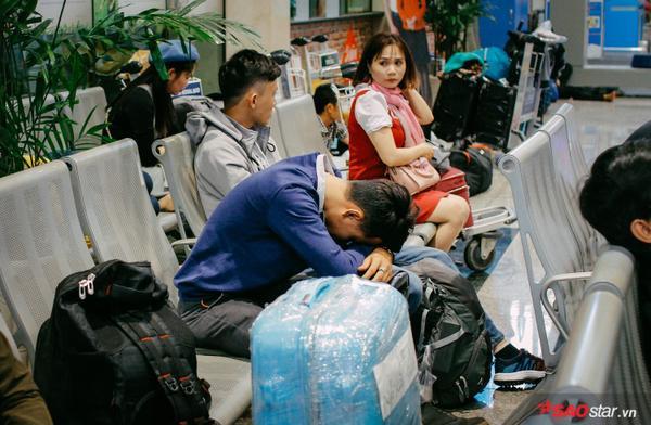 Hành khách khỏ sỏ nàm vạt vò suót dem tại san bay Tan Son Nhát chò check-in
