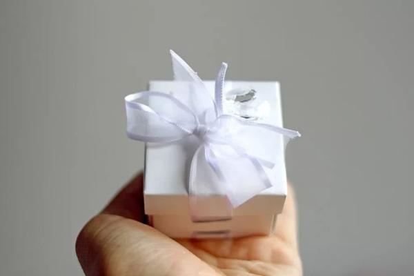 Từ bó hoa rau củ, thịt lợn tới keo 502: Cười ra nước mắt với những món quà Valentine 'bá đạo' - ảnh 8