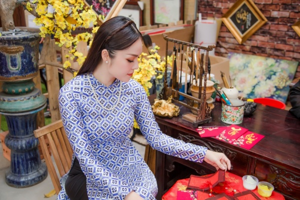'Bỏ quên' ông xã, mẹ con diễn viên Dương Cẩm Lynh xúng xính diện áo dài đón Tết - ảnh 4