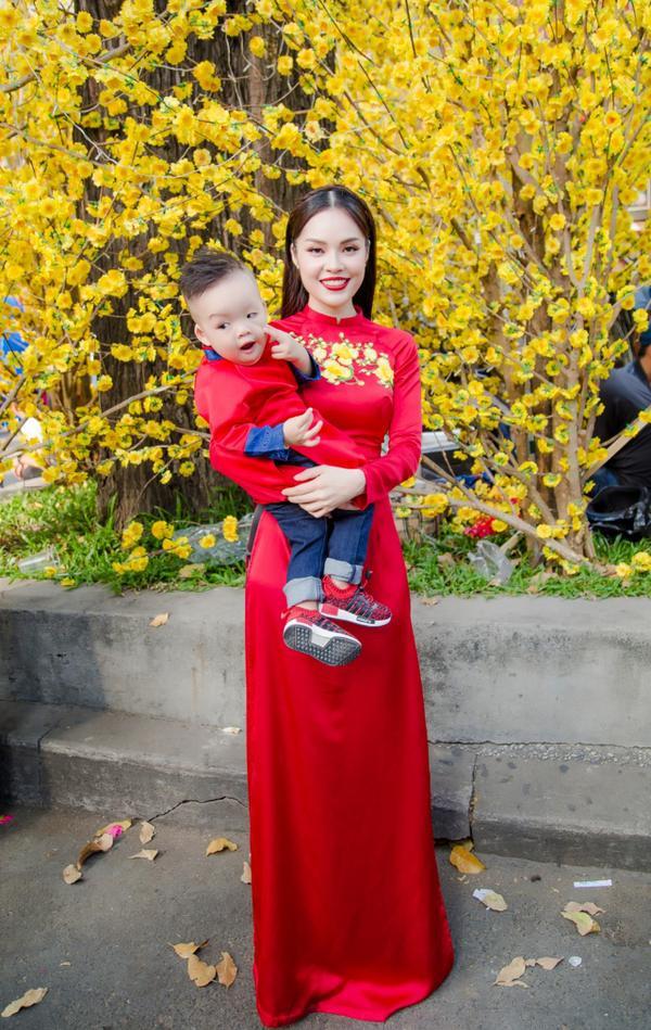 'Bỏ quên' ông xã, mẹ con diễn viên Dương Cẩm Lynh xúng xính diện áo dài đón Tết - ảnh 8