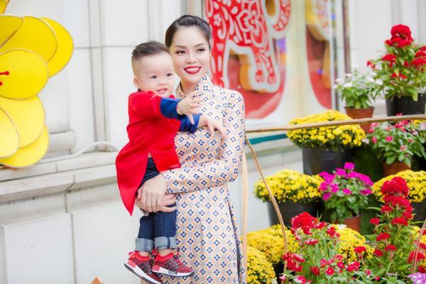'Bỏ quên' ông xã, mẹ con diễn viên Dương Cẩm Lynh xúng xính diện áo dài đón Tết - ảnh 11