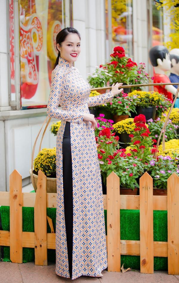 'Bỏ quên' ông xã, mẹ con diễn viên Dương Cẩm Lynh xúng xính diện áo dài đón Tết - ảnh 12