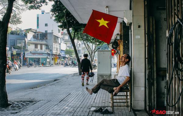 Cụ già thong dong nhìn ngắm cờ hoa vào ngày cuối cùng của năm.