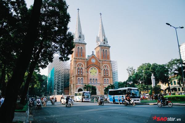 Khu vực nhà thờ Đức Bà có lẽ là chỗ đông nhất thành phố rồi.