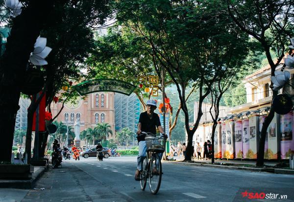 Cụ già thong dong đạp xe trên đường Đồng Khởi (Q.1, TP. HCM).