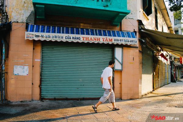 Người ta thong dong đi giữa phố Sài Gòn thật bình yên.