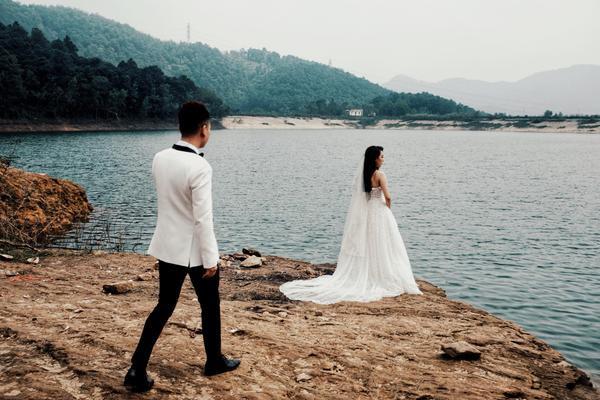 hậu trường chụp ảnh cưới  Khắc Việt và bạn gái DJ tại địa điểm khác