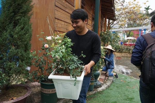 Sáng 7/3, trước ngày diễn ra lễ hội hoa một ngày, mọi công tác chuẩn bị đang dần được hoàn tất.
