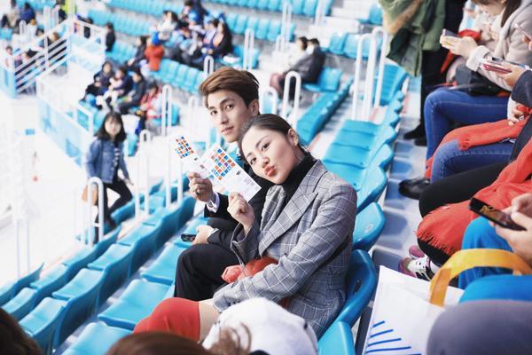 Văn Mai Hương - Bình An rạng rỡ xuất hiện tại fan meeting, nhận quà từ Lee Dong Wook