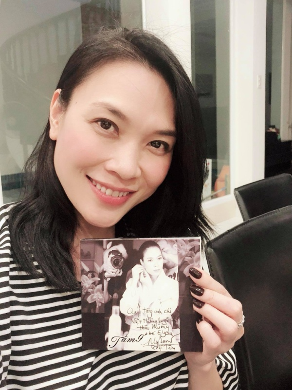 Mỹ Tâm đáng yêu khoe CD Tâm 9 ký tặng Việt Hương.