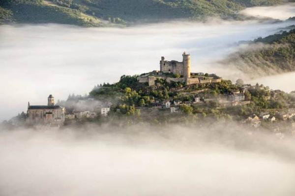 Làng Najac ở Aveyron (Pháp) nằm trải dọc theo một lối đi duy nhất. Ngôi làng này nằm trên sườn núi đá dài, bao quanh bởi rừng rậm xanh mát. Cả ngôi làng luôn được bao quanh bởi một biển mây trắng giống như đang bước ra từ truyện cổ tích.