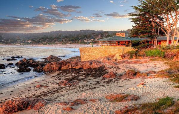 Bãi biển Carmel, California (Mỹ) nằm trên bờ biển Thái Bình Dương. Đây được biết đến với cảnh quan thiên nhiên rực rỡ, lịch sử nghệ thuật phong phú. Những ngôi nhà ở đây cùng với những cảnh quan thiên nhiên đẹp kết hợp thành một cảnh sắc vô cùng tuyệt diệu. Người ta cảm tưởng, đây chính là thiên đường có thật ở Trái đất.