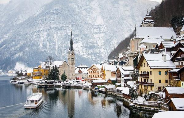 Hallstatt (Áo) một thị trấn được bao quanh bởi dãy núi Alpine. Thị trấn này nằm cạnh hồ nước Hallstatter với phong cảnh ngoạn mục. Nơi đây thích hợp dành cho những người yêu sự yên tĩnh và yêu thích phong cảnh tuyệt đẹp.