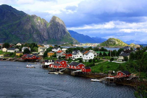Làng chài Reine của Na Uy có khoảng 300 người sinh sống. Nơi đây nép mình trong chuỗi các hòn đảo đẹp như tranh vẽ. Đây cũng chính là điểm đến lý tưởng để ngắm Bắc cực quang.