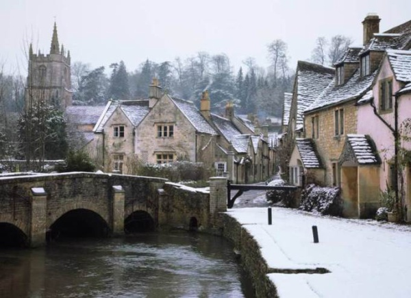 Castle Combe ở vùng Wiltshire được bình chọn là ngôi làng đẹp nhất ở Anh. Tại đây, những ngôi nhà có hình hộp chocolate và đường uốn quanh co tạo nên khung cảnh đẹp đậm chất vùng quê xứ sở sương mù. Tới đây, người ta thường liên tưởng đến những lâu dài được làm từ chocolate thường xuất hiện trong những câu truyện cổ tích nước Anh.
