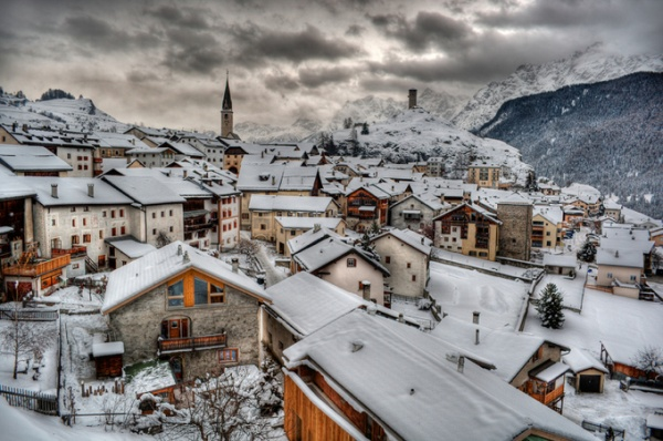Ardez (Thụy Sĩ) nằm giữa một thung lũng được bao quanh bởi các dãy núi hùng vĩ. Nếu bạn muốn một kỳ nghỉ lãng mạn ở Thụy Sĩ, hãy đến Ardez để tận hưởng không khí đó.