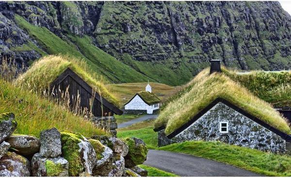 Những căn nhà của ngôi làng nhỏ trên quần đảo Faroe (phía Bắc Đại Tây Dương, giữa Na Uy và Băng Đảo) nổi tiếng với màu xanh của cỏ trên nóc nhà trông vô cùng tuyệt đẹp. Những ngôi nhà nhỏ nằm sát ven đường với rất nhiều truyền thuyết về ma cà rồng và các vị thần.
