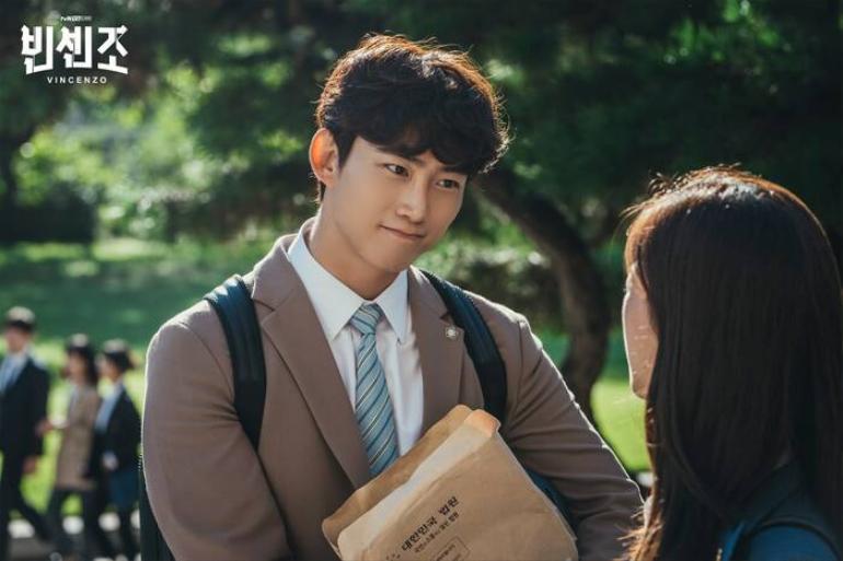 Ok Taecyeon tiết lộ lý do đằng sau mái tóc xoăn của Jang Joon Woo trong Vincenzo Ảnh 1
