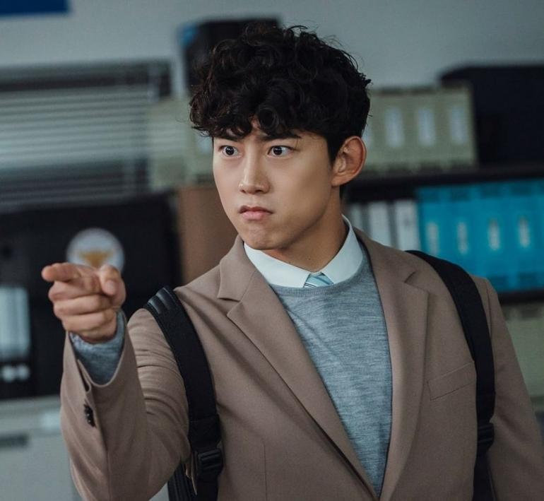 Ok Taecyeon tiết lộ lý do đằng sau mái tóc xoăn của Jang Joon Woo trong Vincenzo Ảnh 2