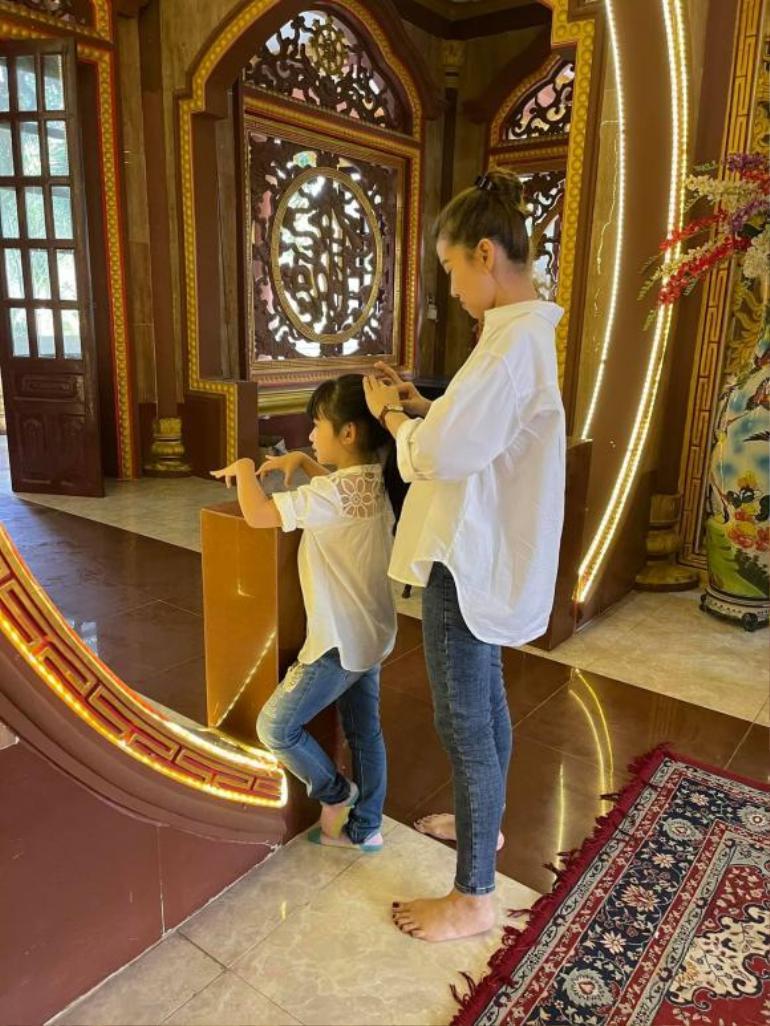 Trương Bảo Như đưa con gái Mai Phương đi viếng mẹ, lời khấn nguyện khiến ai nghe cũng xúc động Ảnh 1