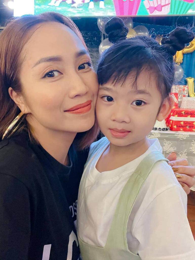 Trương Bảo Như đưa con gái Mai Phương đi viếng mẹ, lời khấn nguyện khiến ai nghe cũng xúc động Ảnh 6