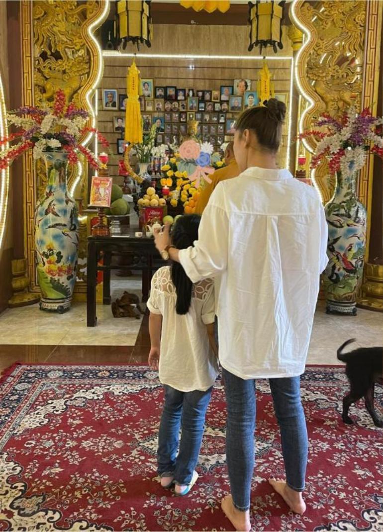 Trương Bảo Như đưa con gái Mai Phương đi viếng mẹ, lời khấn nguyện khiến ai nghe cũng xúc động Ảnh 2
